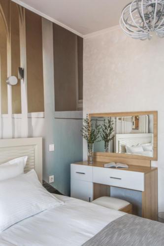 Room 306 08
